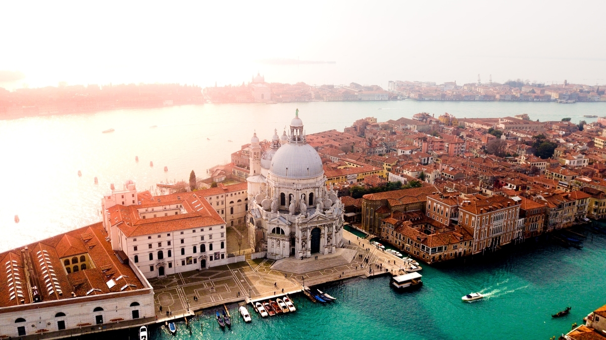"<img src=""italy.jpg"" alt=""イタリアの都市の風景"">"