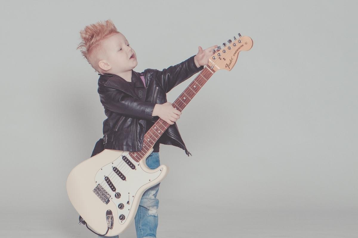"""<img src=""""guitar.jpg"""" alt=""""ギターを弾く小さな男の子"""">"""