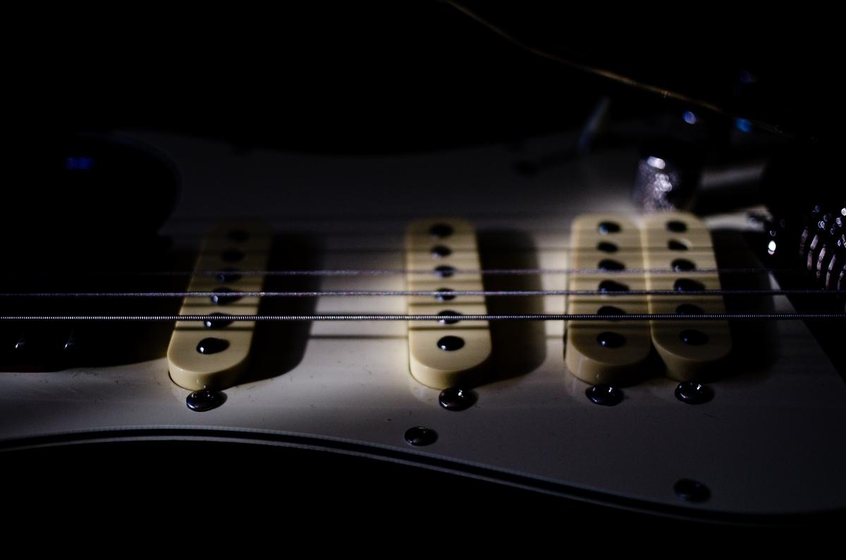 "<img src=""guitar.jpg"" alt=""ギターの弦"">"