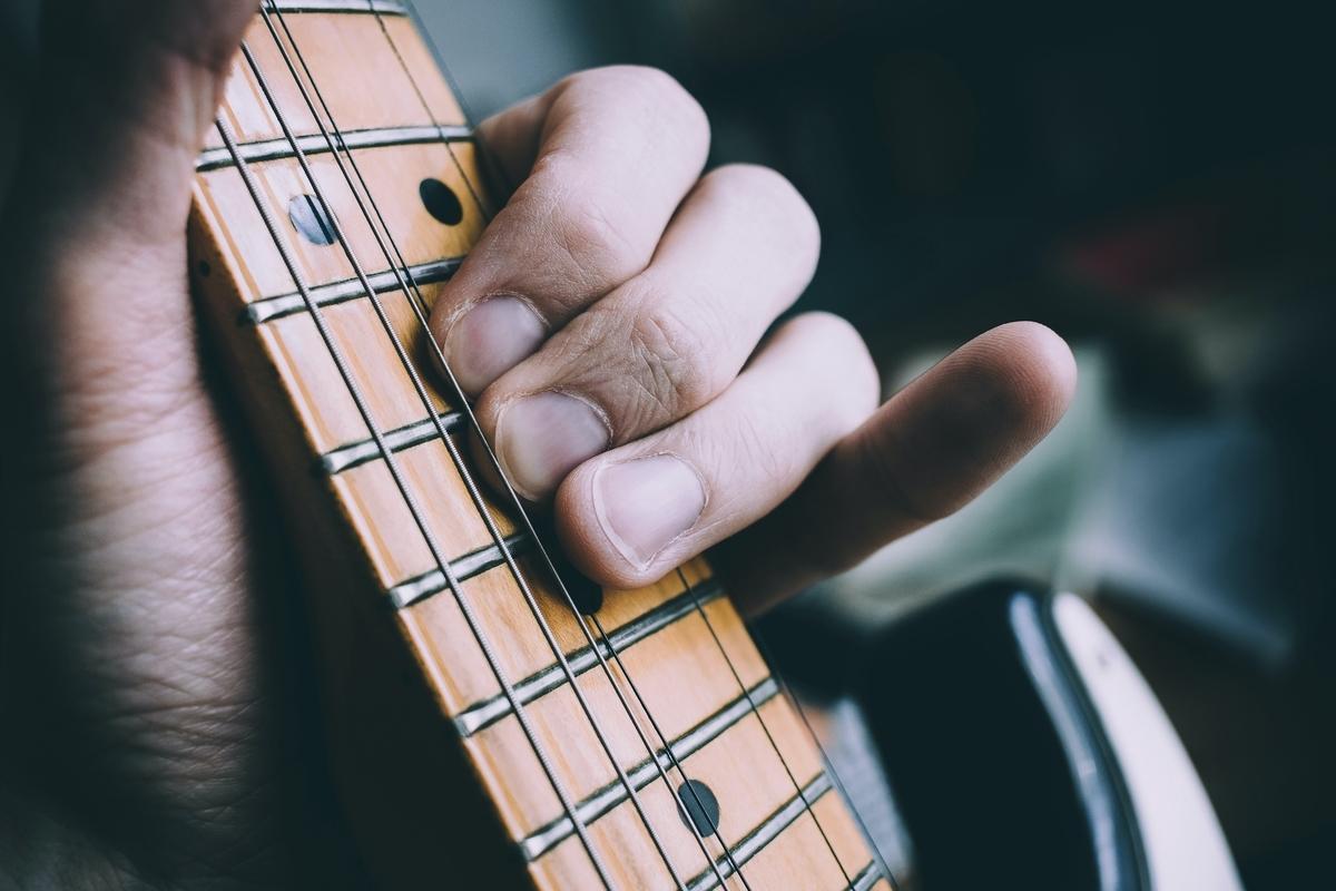 "<img src=""guitar.jpg"" alt=""ギターを弾く"">"