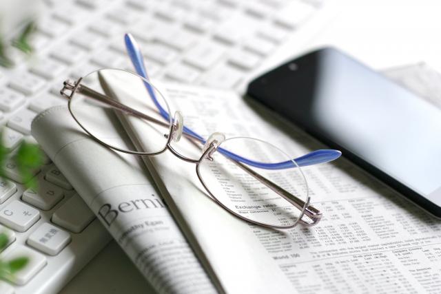 株式情報の収集には日経新聞がおすすめ。日経新聞には、株式市場に関する情報が一般紙よりも詳しく載っています。投資家にとって貴重な情報の宝庫なので、毎日欠かさず株価などの情報をチェックするようにしましよう。