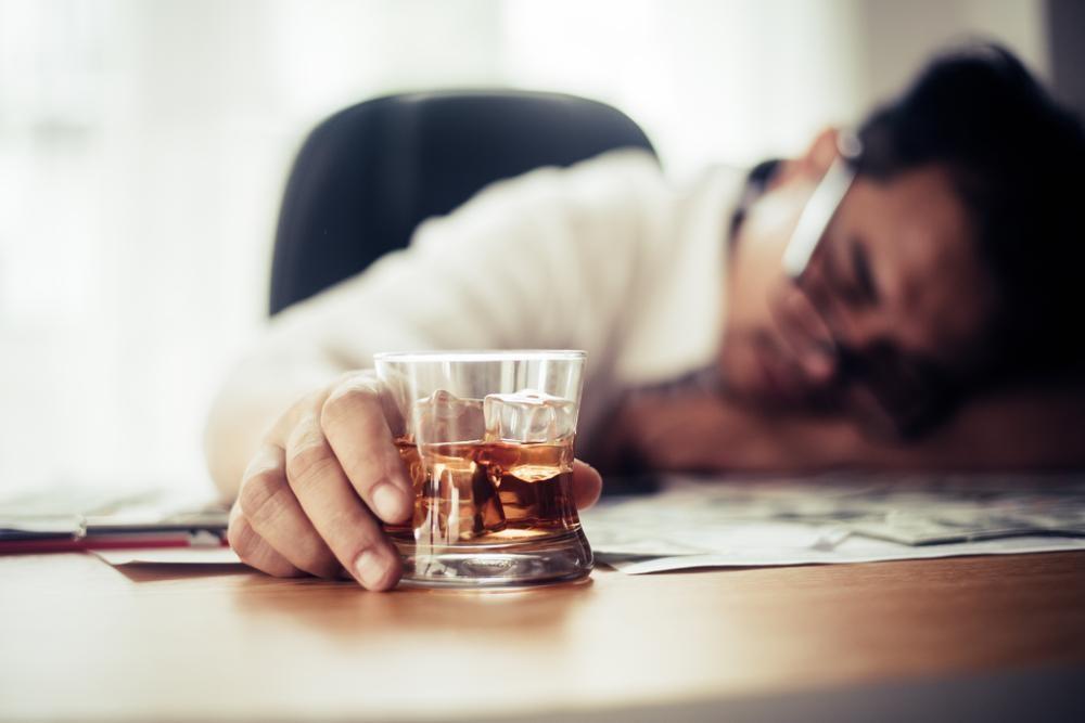 眠りが浅いのはアルコールのせい?