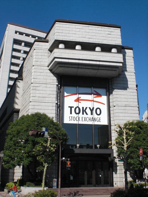 東京証券取引所がある兜町(かぶとちょう)は、古くからの町並みを残しつつ老舗の証券会社が軒を連ねており、「日本のウォール街」と呼ばれています