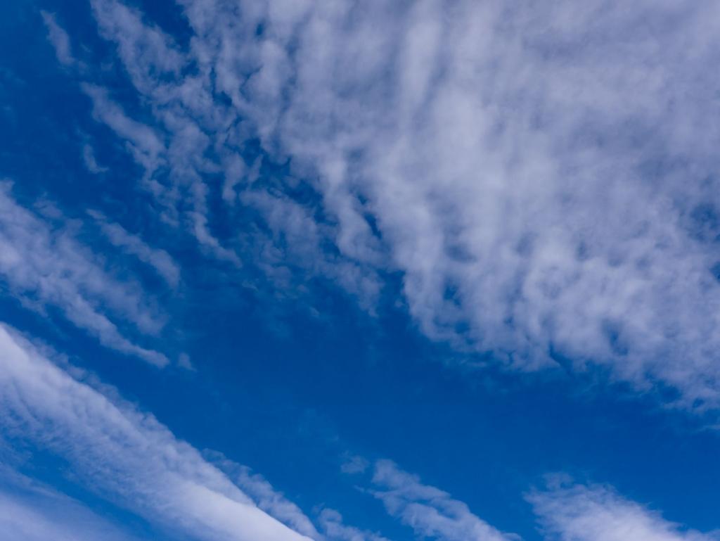 明確なエッジの少ない空と雲の画像