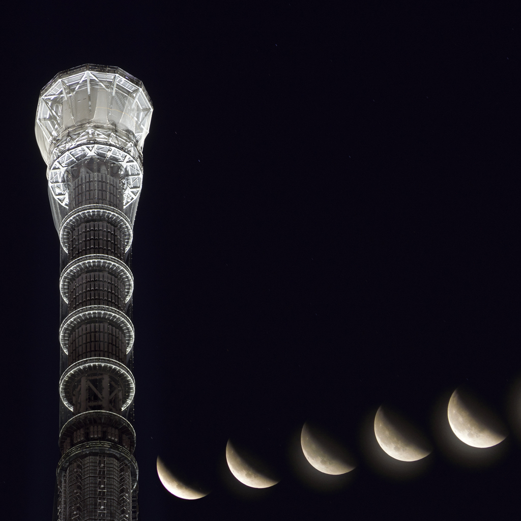 Tip of Tokyo Skytree and Super blue blood moon (composite)