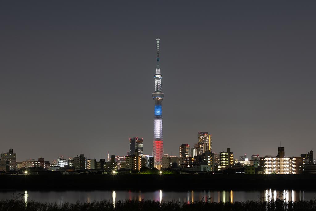フランス国旗をイメージした特別ライティング「トリコロールライティング」の東京スカイツリー