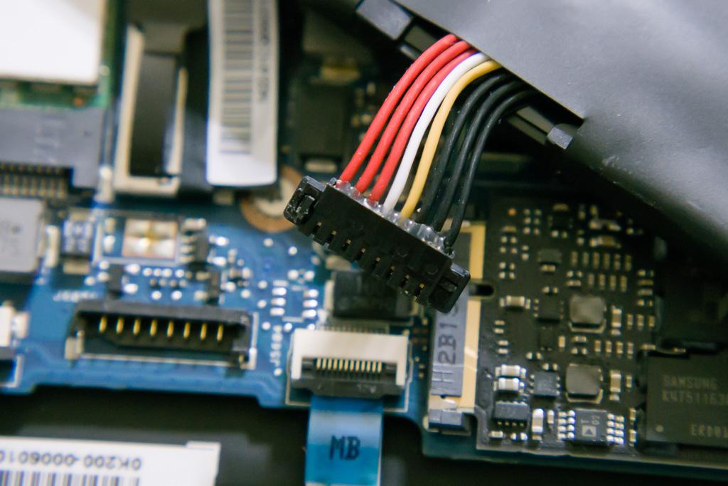 ASUS TAICHI21のバッテリコネクタ