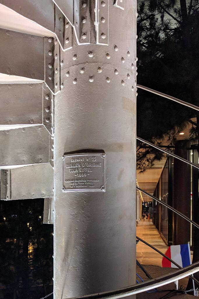 エッフェル塔螺旋階段に取り付けられたプレート