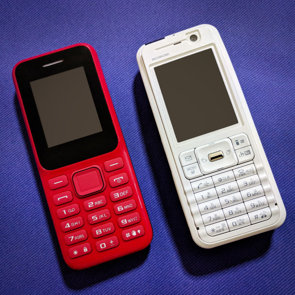 MINI Phone 2 and FOMA SO902i (front view)