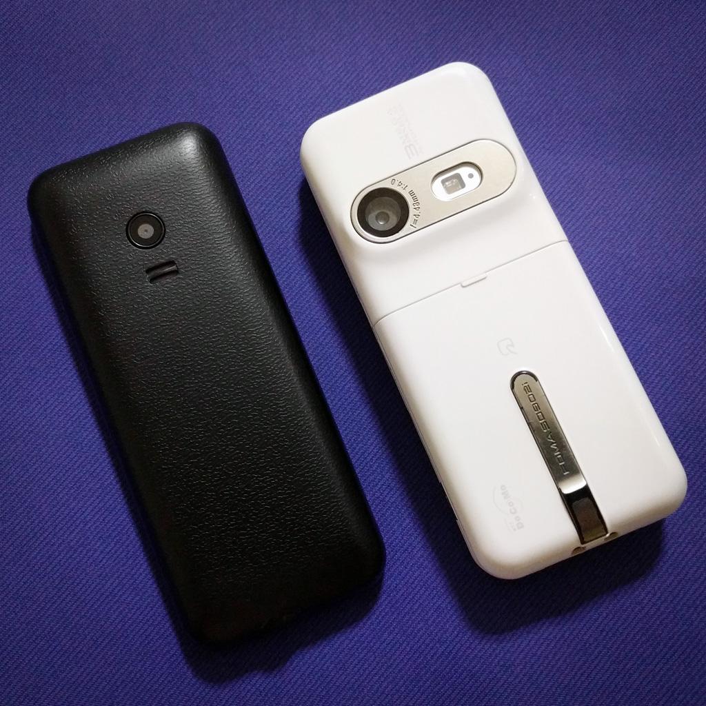 MINI Phone 2 and FOMA SO902i (rear view)