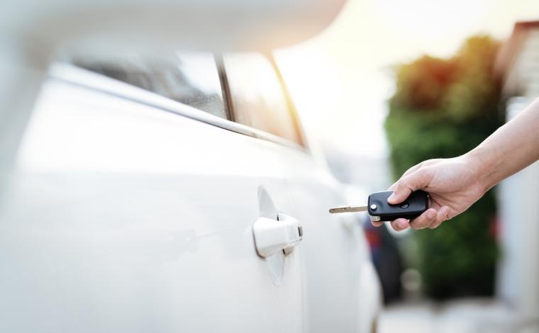 車のキーを持って静電気を防ぐ画像です。