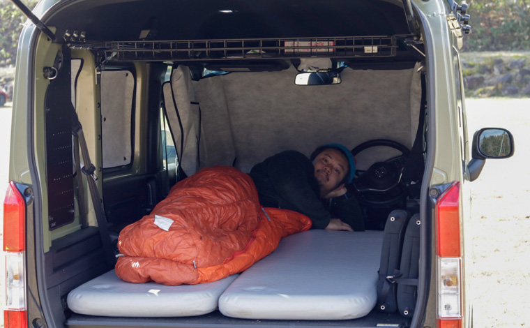 N-VANの車内で実際に寝ている様子です。