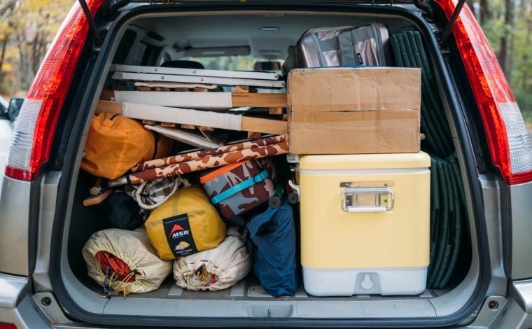 キャンプ道具が積載された車の荷室