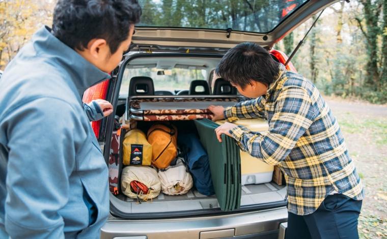 キャンプ道具を上手く積載する男性