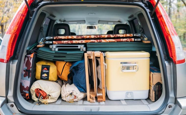 キャンプ道具が上手く積載された車の荷室