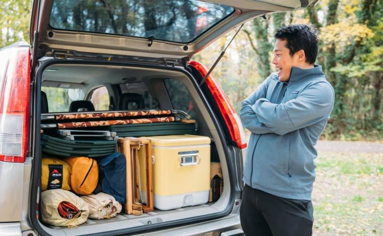 ラゲッジスペースに積まれた荷物を満足そうに見る男性