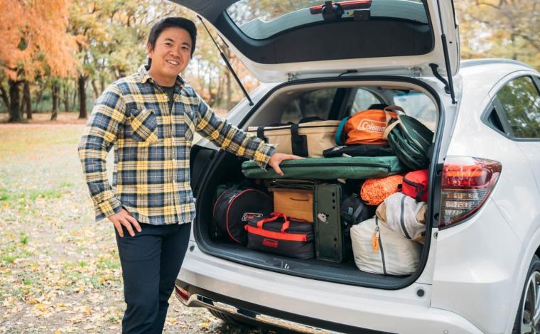 キャンプ道具を上手く積載した男性