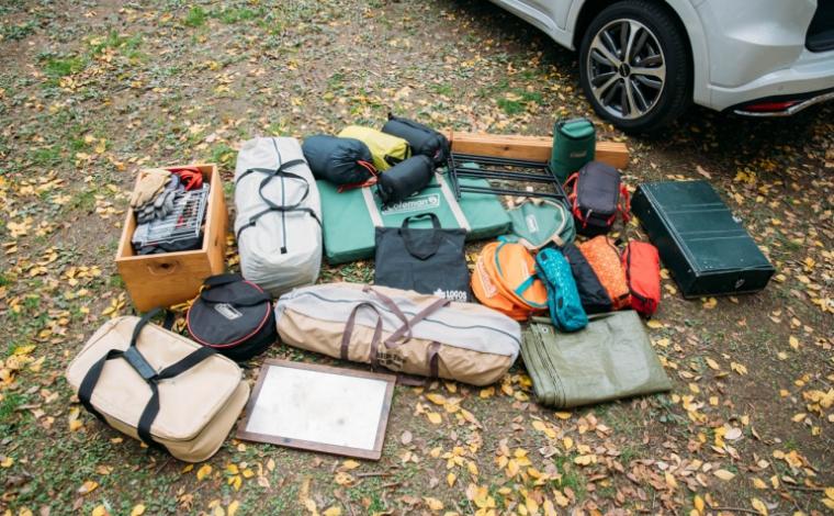 キャンプ道具が並んで置かれている