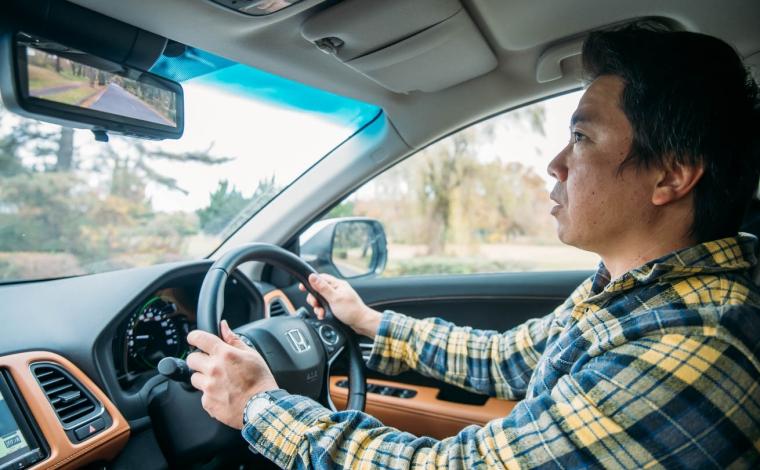 HONDA VEZELで運転する男性