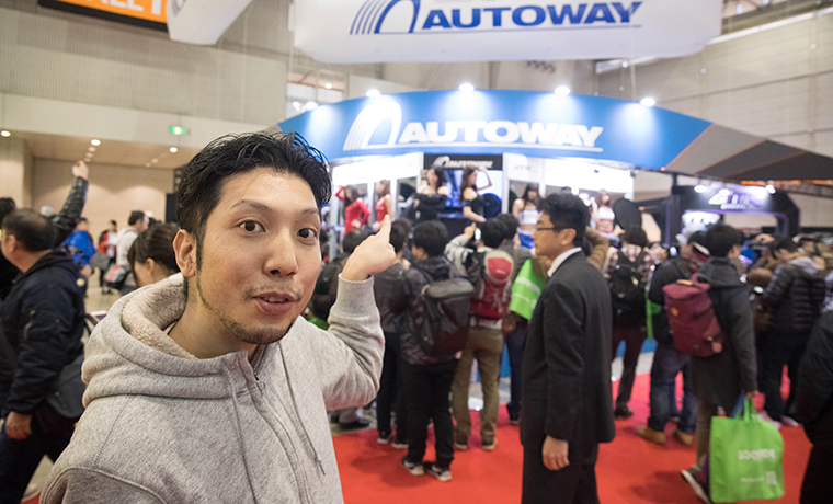 東京オートサロンでカメラマンが集まっている画像です。