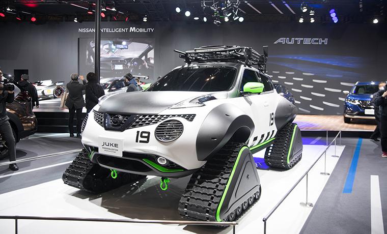 雪山で最強そうな車の画像です。