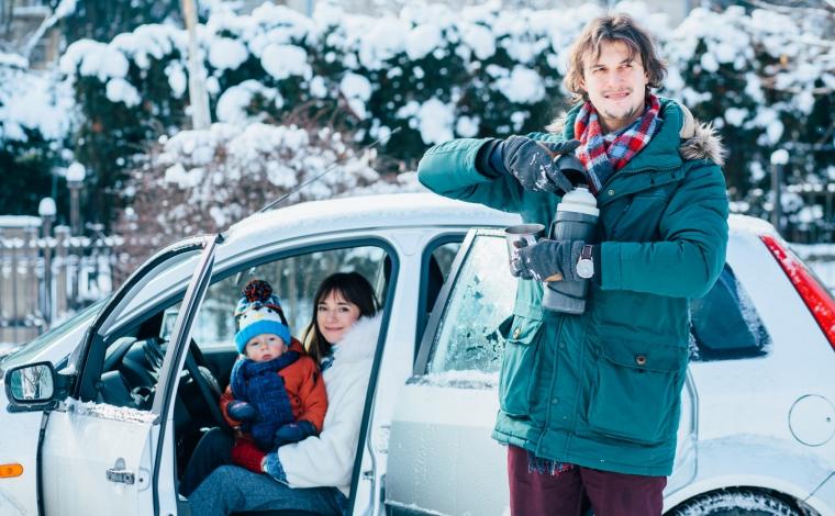 雪道ドライブに出かける家族