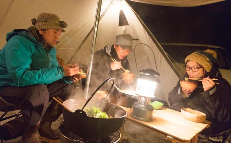 キャンプ飯を堪能中