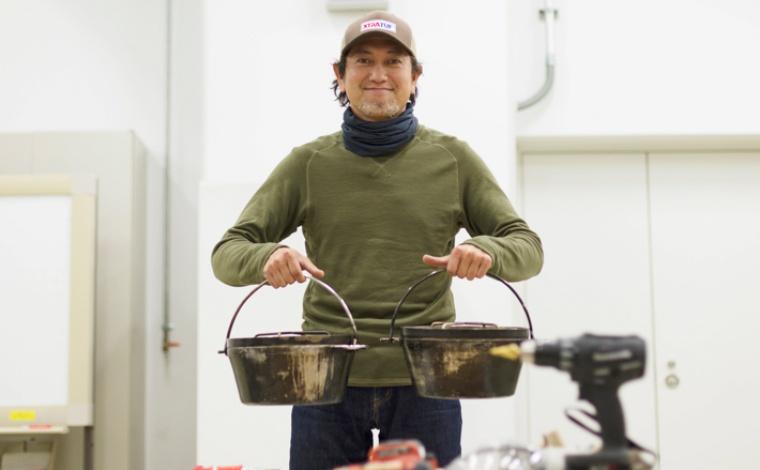 ダッチオーブンを提案する男性