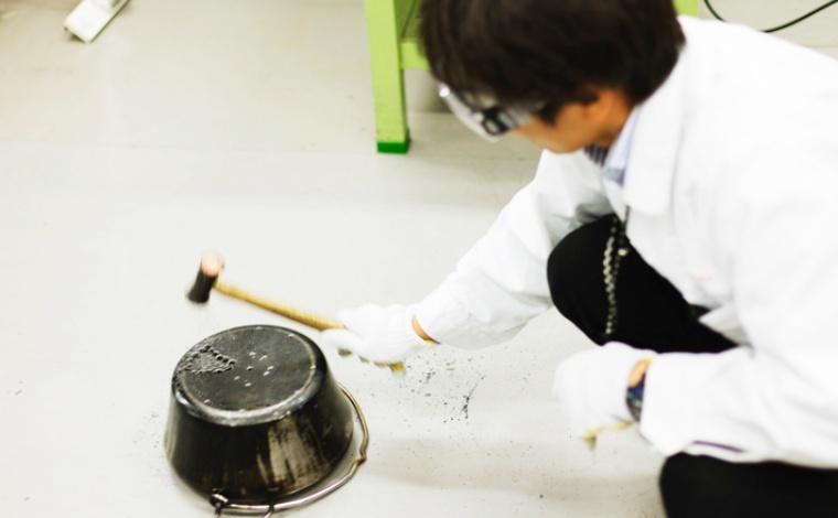 ダッチオーブンで焚き火台を作っている様子