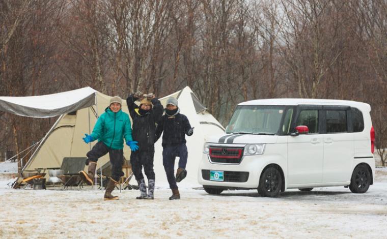 キャンプを楽しむおとなたち