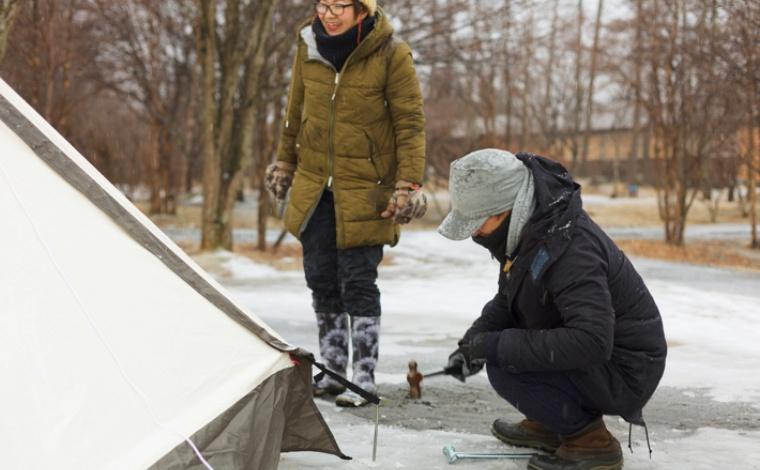 キャンプの準備をする人たち