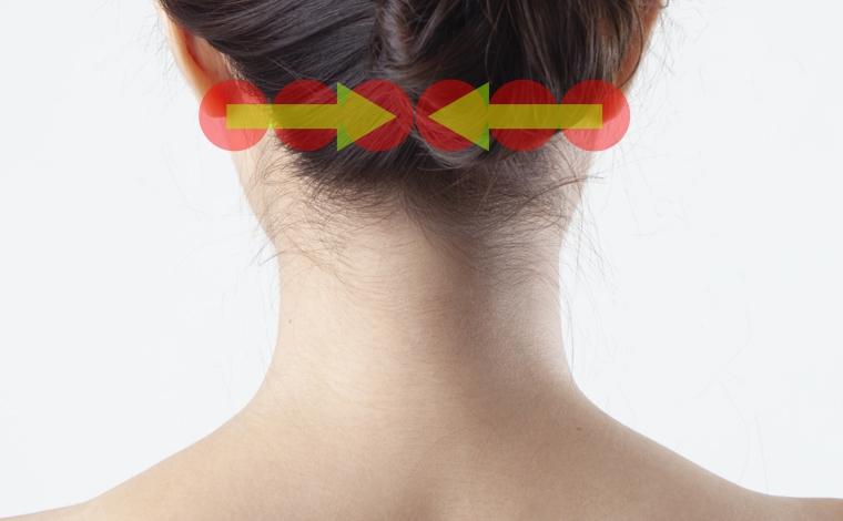 頭と首の境目をマッサージ