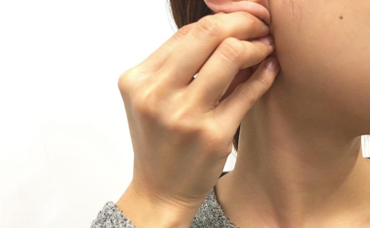 胸鎖乳突筋をほぐすマッサージ
