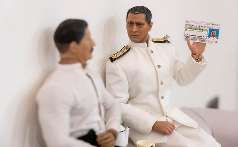 ヨシダさんに取得した運転免許証を見せるミフネさん