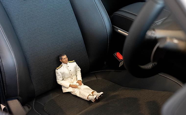 新型のホンダのインサイトのシートに座ってみたミフネさん
