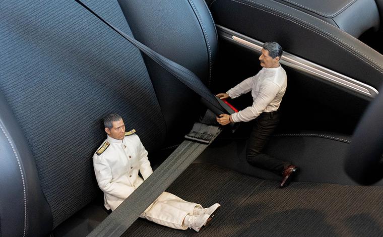 新型インサイトのシートに座ったミフネさんがヨシダさんにシートベルトをしめてもらう様子