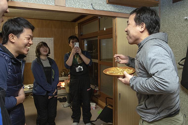 9日間にわたる合宿で仲間と語り合う荻田さん