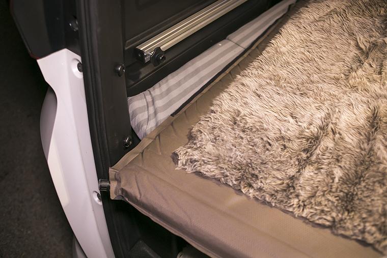 ラゲッジクッションマットの上にインフレータブルマットともこもことした毛布を敷いた様子