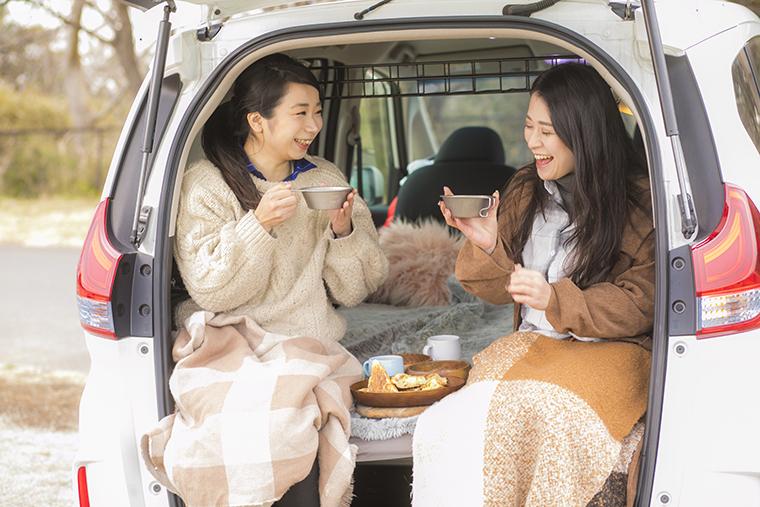車中泊をした翌日、車中で朝食を食べるイメージ