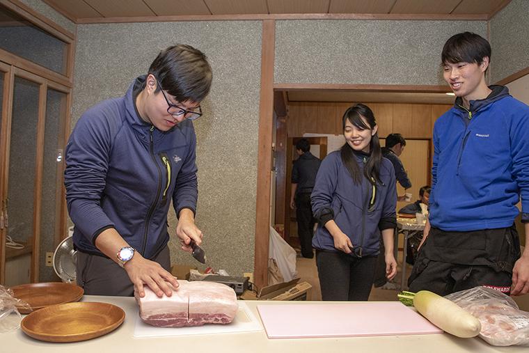 豚の角煮を作る様子