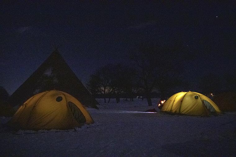 屋外に張ったテントのイメージ