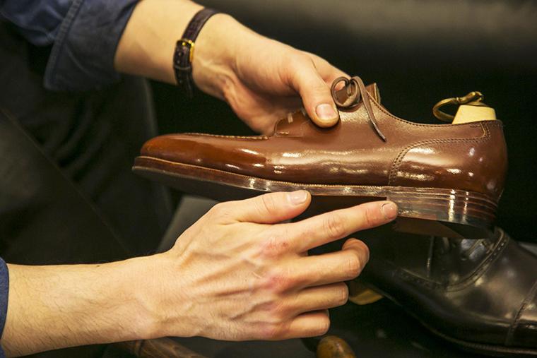 アッパーとソールが直接縫いつけられていない高級靴