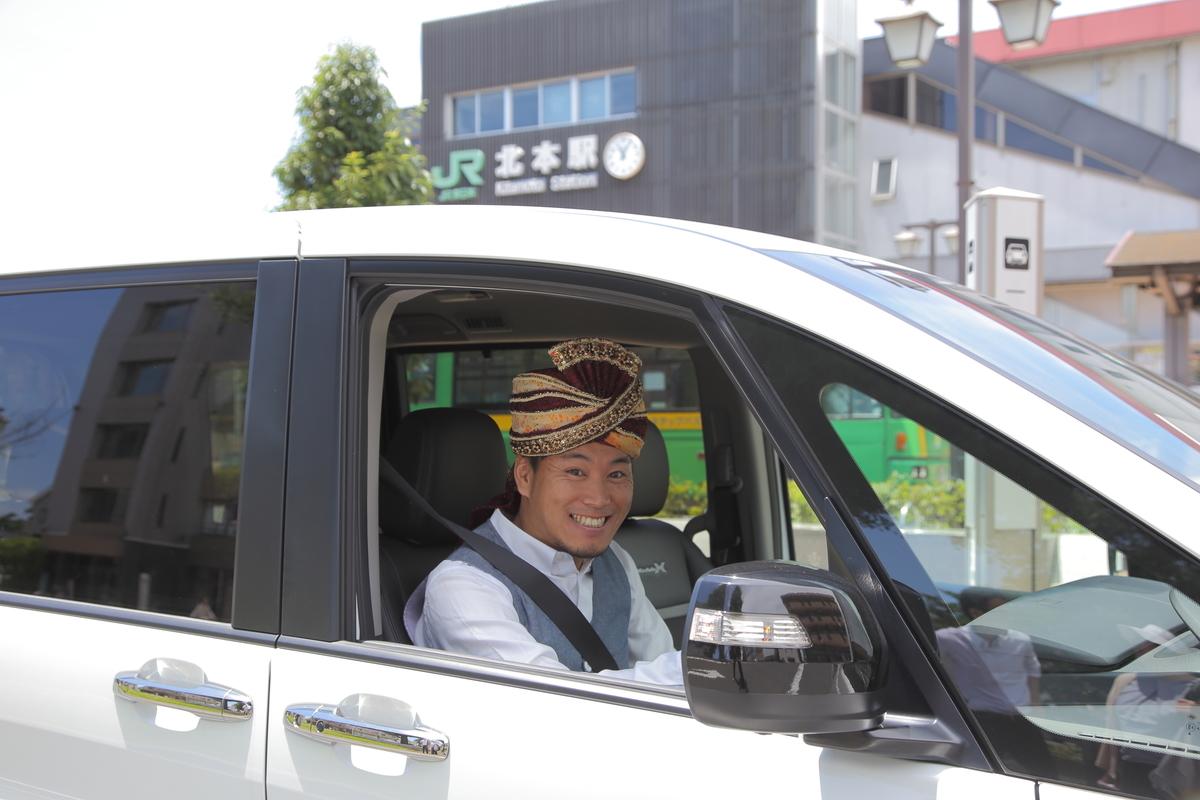 クルマの運転席に座るスパイシー丸山さん
