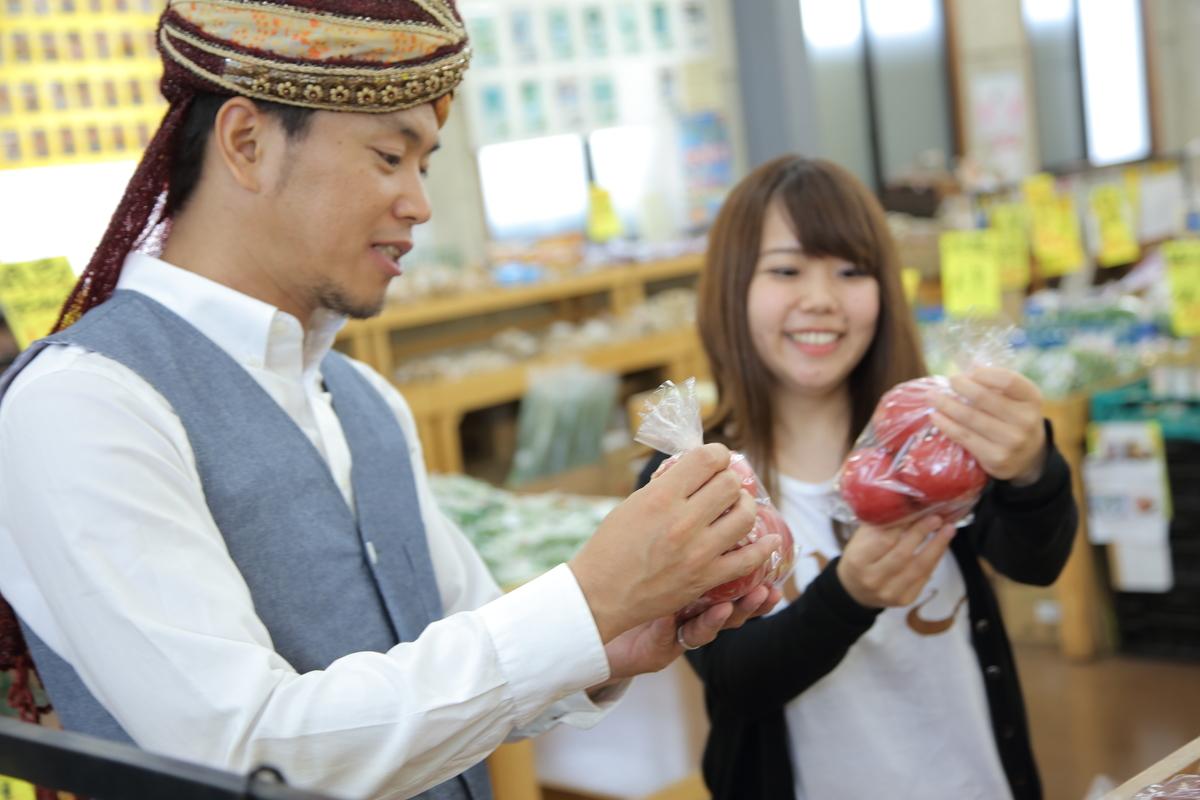 スパイシー丸山と名久井がトマトを手に持っているところ