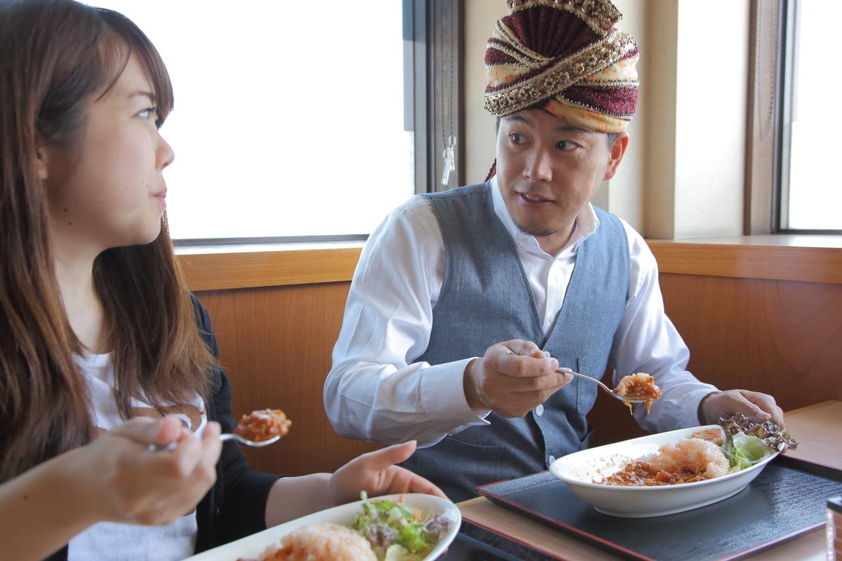北本トマトカレーを食べる名久井とスパイシー丸山