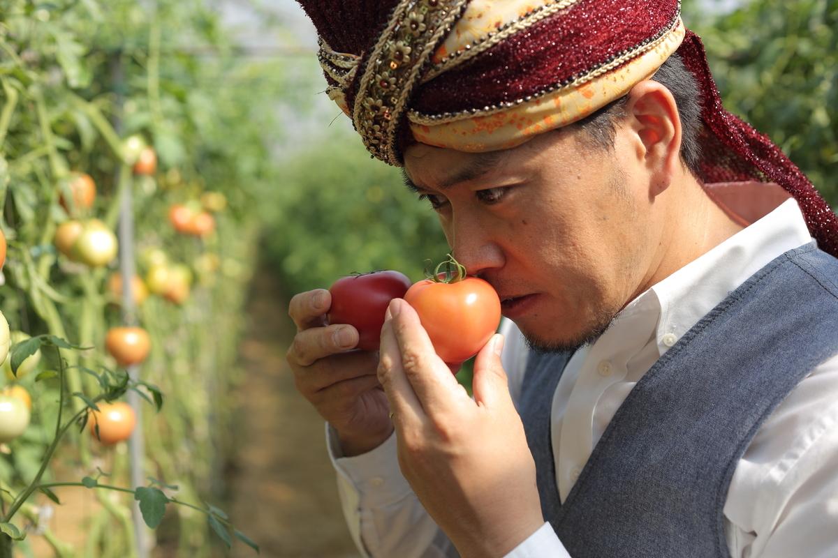 北本トマトのにおいをかぐスパイシー丸山