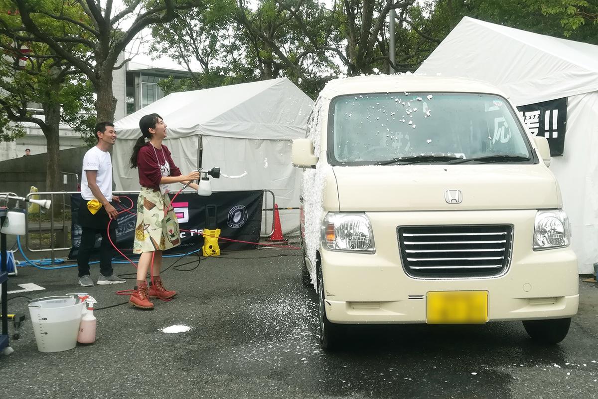 愛車のバモス ホビオを洗車する様子