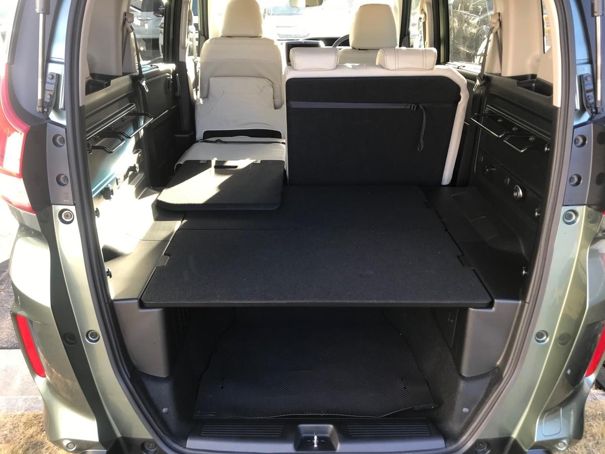 新型フリードプラスのリアシートを片側だけ倒した状態の荷室と車内の写真