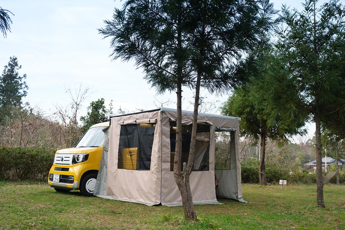 テントを設営したN-VANの外観