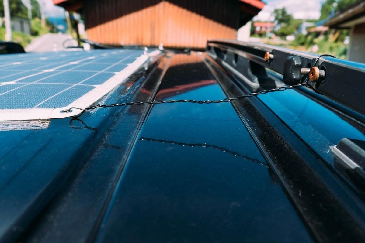 針金でソーラーパネルを固定したところ